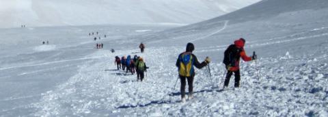 Marcher en montagne avec des bâtons